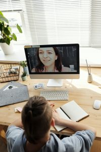 Teen on computer monitor talking with person. Online anxiety treatment can help procrastination and teens plus perfectionism and teens. Regardless of what your teen is dealing with, teens with anxiety can find freedom with the help of a solution focused therapist who helps you develop quick and lasting solutions. Call now!
